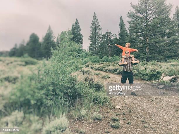 Petit garçon et son père aventure ensemble dans la nature sauvage
