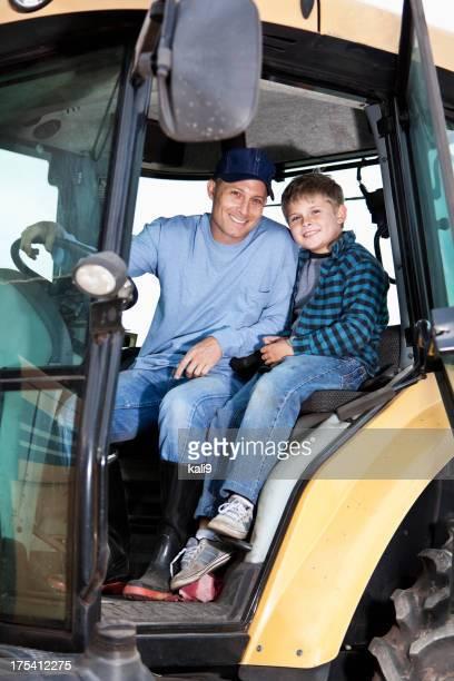 Garçon et son père sur Tracteur