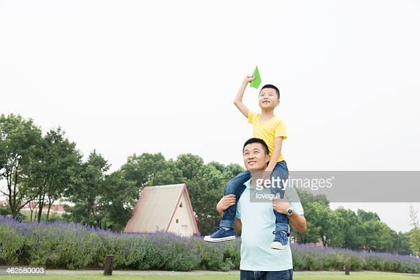 Garçon avec Avion en papier et père