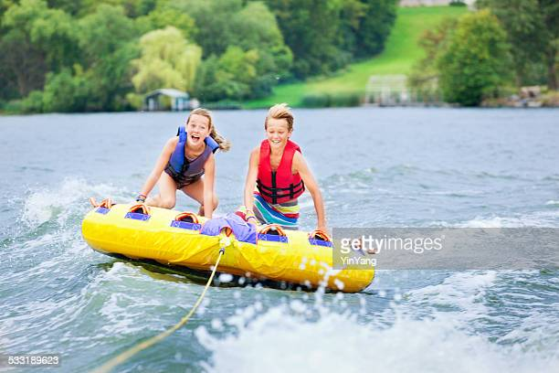 Niño y niña de niños de Minnesota, la tubería lago de verano