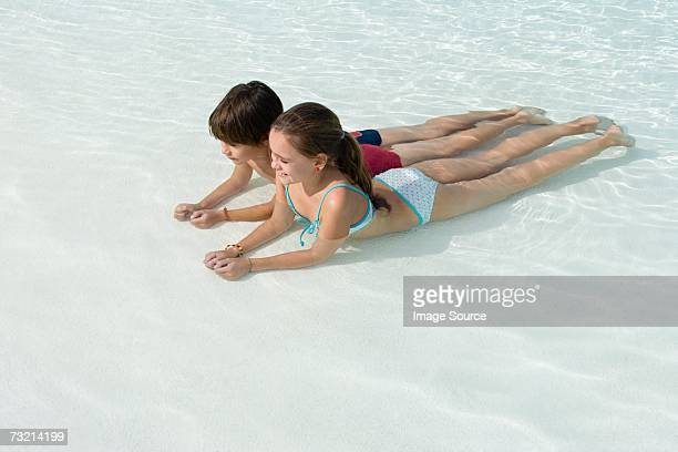 Jungen und Mädchen in einem pool