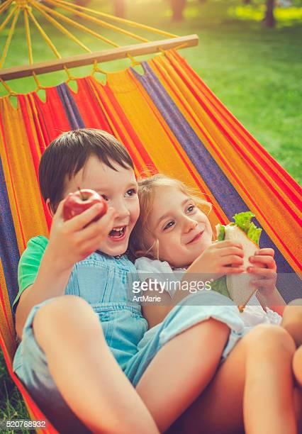 Garçon et fille en été
