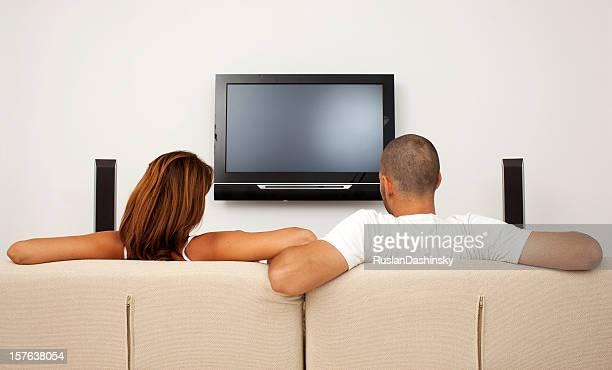 Garçon et fille en regardant la télévision.
