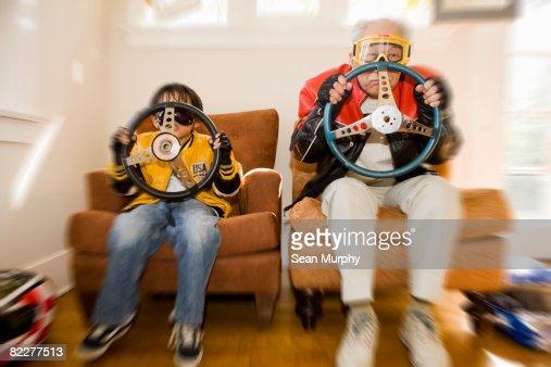 Niño y abuelo dirección de retención de ruedas : Foto de stock