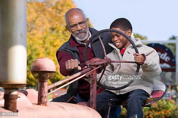 少年と彼の祖父およびトラクター