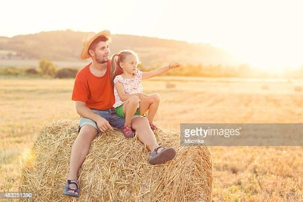 Jungen und Mädchen auf einem bale