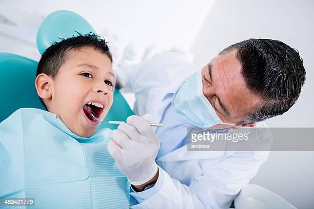 Garçon sur le dentiste