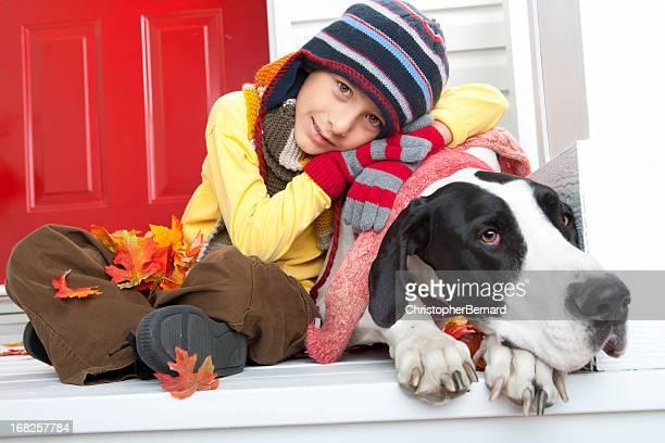 Boy 秋のポートレート、彼の犬