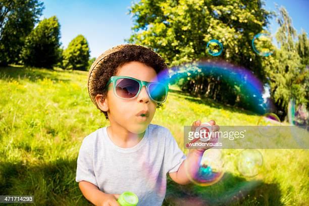 Rapaz Soprar as bolhas com Bolha em primeiro plano