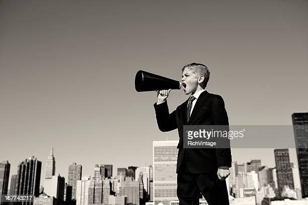 Junge Geschäftsmann mit Schreien durch Megafon in New York City