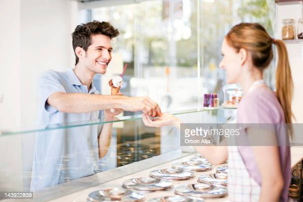 Junge Kauf ein Eis