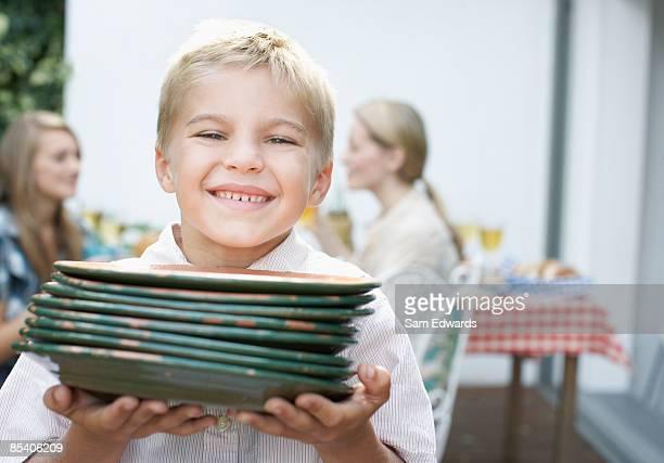 Jungen tragen Gerichte zum Picknick