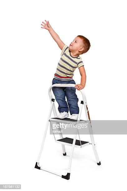 Junge Klettern die Leiter