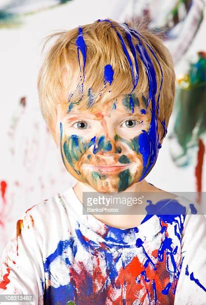 Junge ist mit Farbe