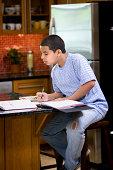Junge, die Hausaufgaben in der Küche