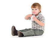 Garçon boire de jus de fruits
