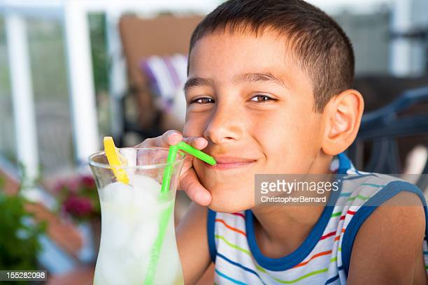 Junge trinkt Limonade im Freien