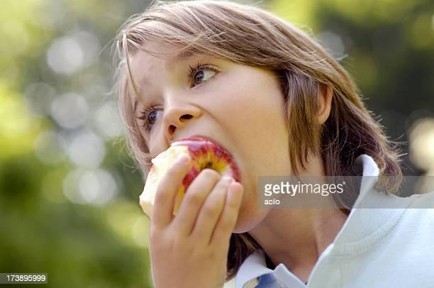Niño comiendo una manzana roja