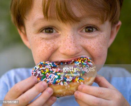 Petit gar 231 on manger malsain beignet au chocolat enfant tenant des