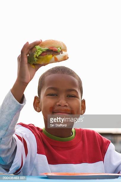 Garçon mangeant hamburger (7 à 9)