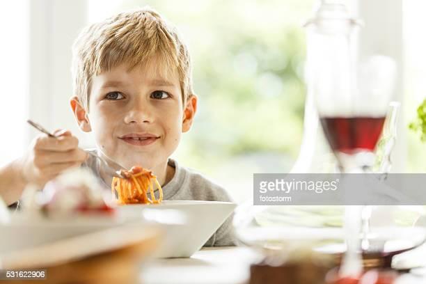 Junge Essen spaghetti