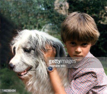 Boy embracing sheepdog : ストックフォト