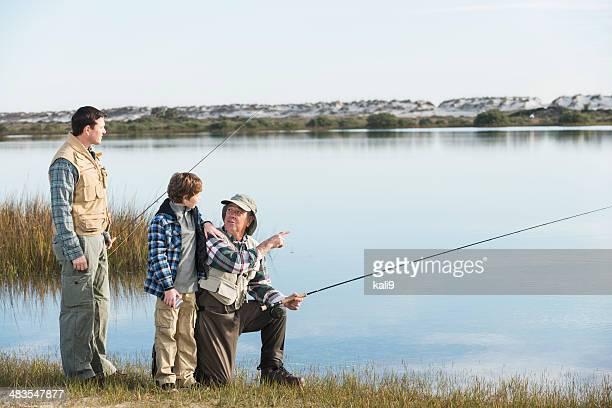 Menino pesca com pai e Avô
