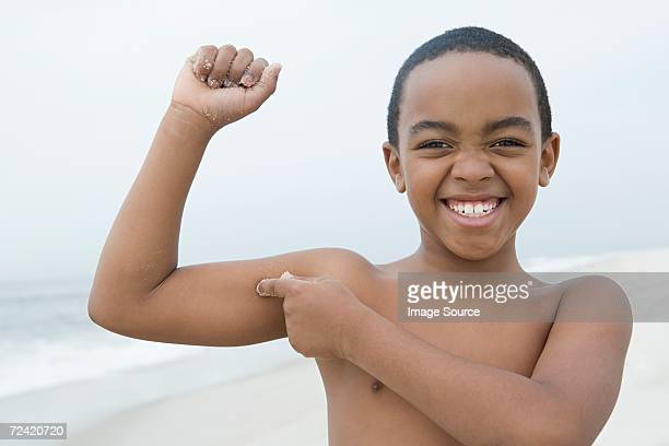Garçon Contracter les muscles