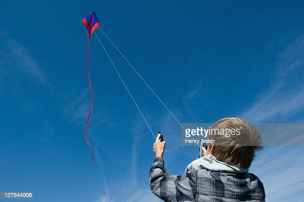 Junge fliegen ein kite