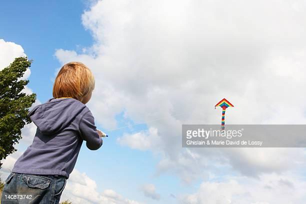 Garçon volant kite en plein air
