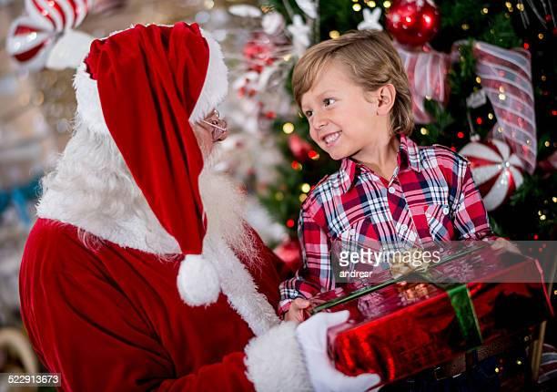 Garçon obtenir un cadeau du Père Noël