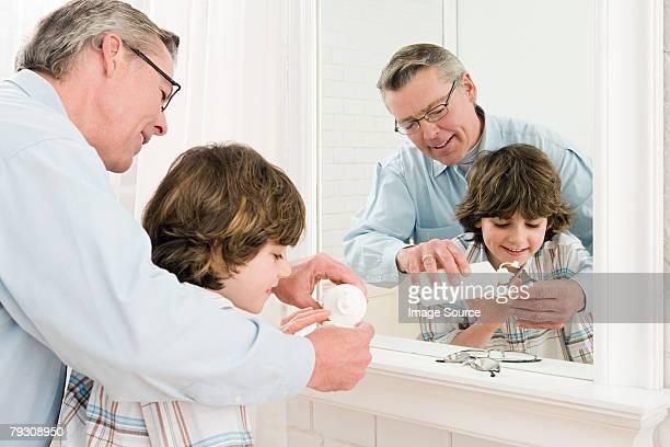 Un garçon et son père aider sa propre Lentilles de contact