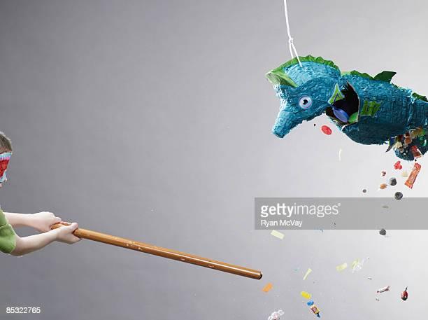 Junge schlagen Piñata