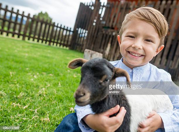 Junge hält eine Ziege