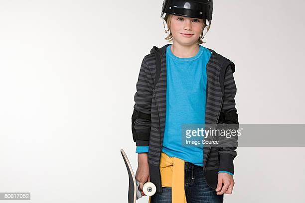 Un garçon tenant un skate
