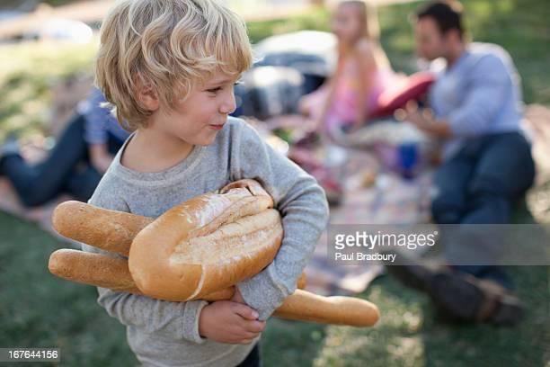 Junge holding Laibe Brot im Freien
