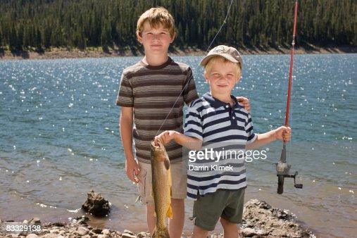 Niño con capacidad de pescado se captura : Foto de stock