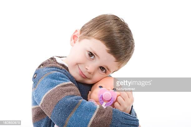 Garçon se tenant une poupée