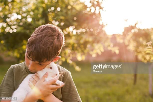 Un garçon près de lapin