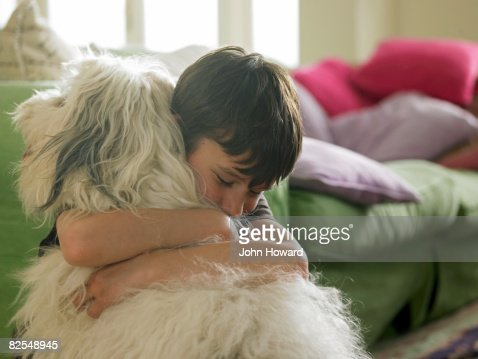 Garçon se tenant son chien