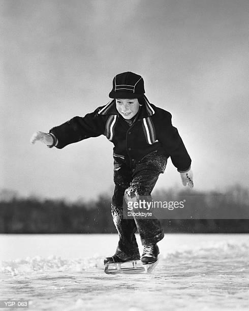 Ragazzo di pattinaggio sul ghiaccio