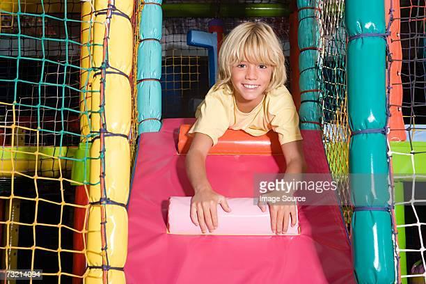 Junge in einem Spielbereich