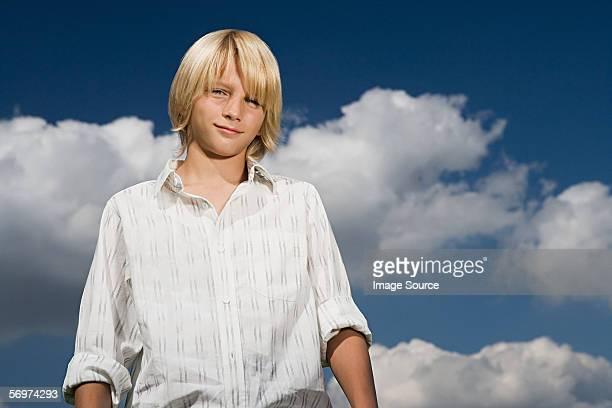 Junge vor einem wolkenverhangenen Himmel