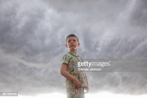 Boy in front of stormy skies : Foto de stock
