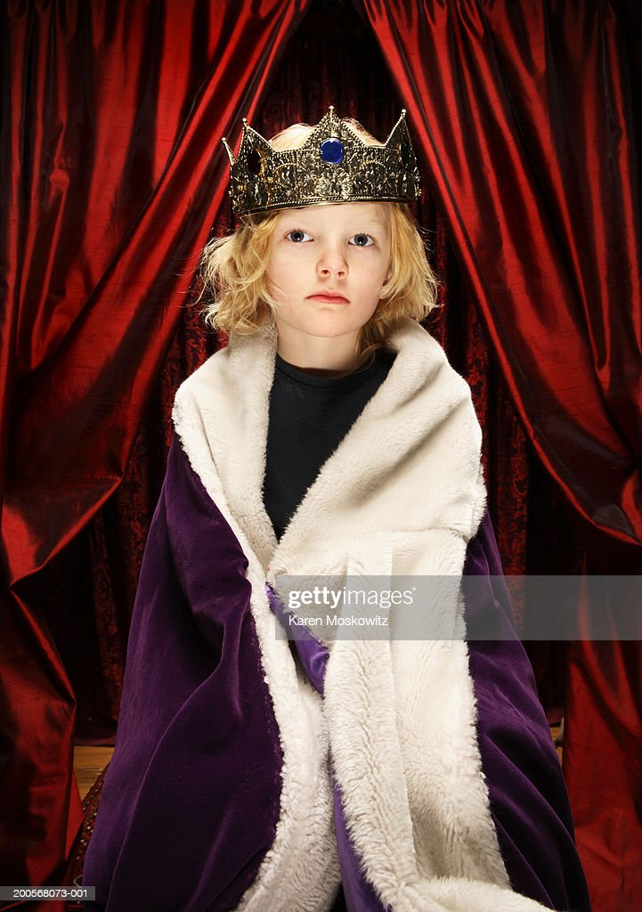 Boy (4-7) in king's costume : Stock Photo