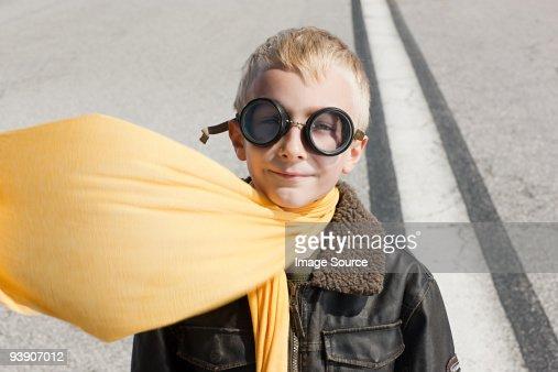 Petit garçon en costume de pilote