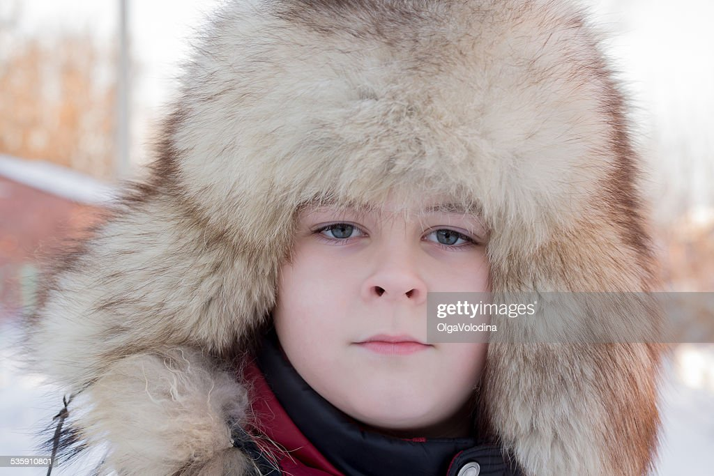 Menino no chapéu de inverno : Foto de stock