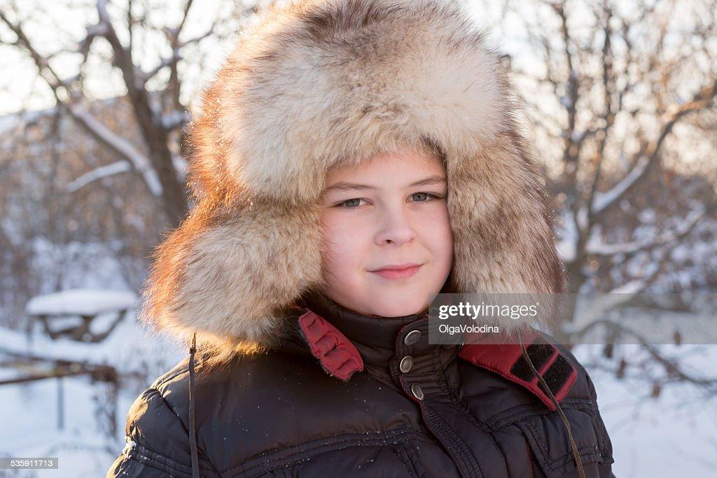 Boy en sombrero del invierno : Foto de stock
