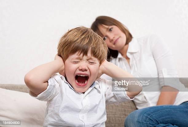 Garçon est pas à l'écoute de sa mère