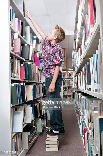 Junge ist, wenn Sie für das Buch in Bibliothek